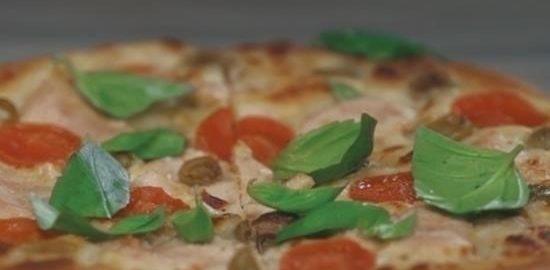 Белая пицца с индейкой, томатами и моцареллой кулинарный рецепт