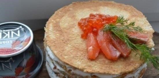 Блинный торт из овсянки с соусом дзадзики, лососем и икрой кулинарный рецепт