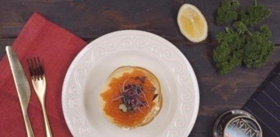 Блинный тортик со сливочным сыром, красной рыбой и икрой кулинарный рецепт