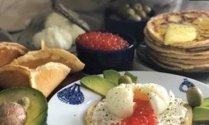 Блины с яйцом пашот и икрой кулинарный рецепт