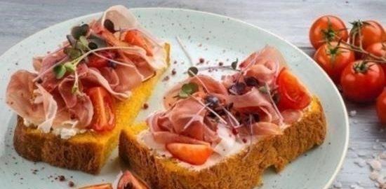 Бутерброды из тыквенного хлеба с ветчиной и помидорами кулинарный рецепт