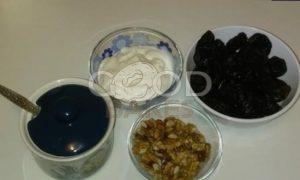 Чернослив, фаршированный грецким орехом, под сметанным соусом рецепт шаг 1