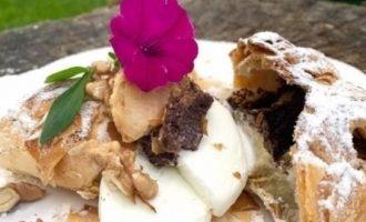 Яблочный пирог с маком и мороженым кулинарный рецепт