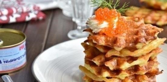 Картофельные вафли с творожным сыром и икрой кулинарный рецепт