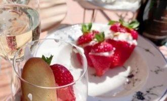 Клубника со сливками, козьим сыром и печеньем на завтрак кулинарный рецепт