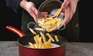 Пенне с курицей и сливочным соусом рецепт шаг 7