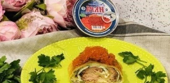 Пирог с омлетом, красной рыбой и икрой кулинарный рецепт