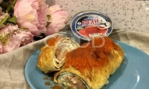 Пирог с омлетом, красной рыбой и икрой рецепт шаг 18