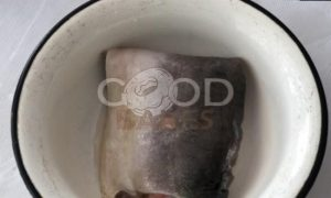 Пирог с омлетом, красной рыбой и икрой рецепт шаг 3