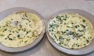 Пирог с омлетом, красной рыбой и икрой рецепт шаг 8