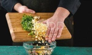 Пирожки с сайрой и яйцом рецепт шаг 3