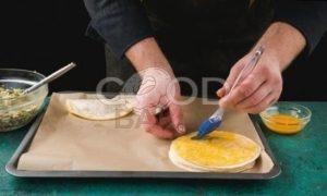 Пирожки с сайрой и яйцом рецепт шаг 6
