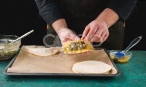 Пирожки с сайрой и яйцом рецепт шаг 7