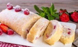 Рулет бисквитный с ягодами кулинарный рецепт