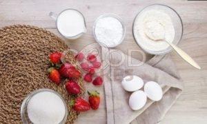 Рулет бисквитный с ягодами рецепт шаг 1
