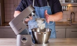Рулет бисквитный с ягодами рецепт шаг 6