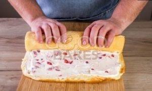 Рулет бисквитный с ягодами рецепт шаг 9
