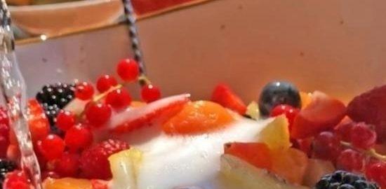 Салат Macedonia из свежих ягод и фруктов кулинарный рецепт
