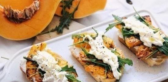 Тосты со сливочным сыром, запеченной тыквой и руколой кулинарный рецепт