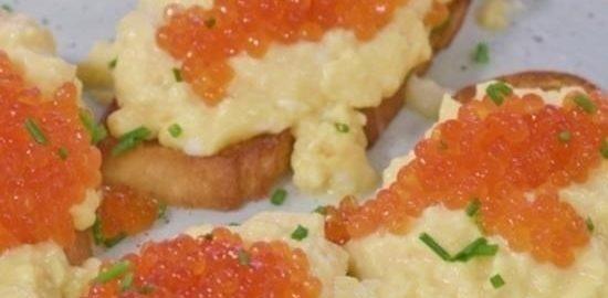 Тосты со взбитым омлетом и икрой кулинарный рецепт