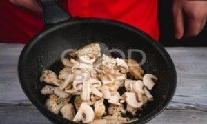 Ажурные блинчики с курицей и шампиньонами рецепт шаг 6