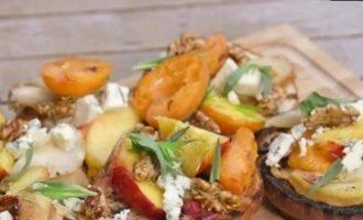 Брускетта с фруктами на гриле, горгонзолой и орехами кулинарный рецепт