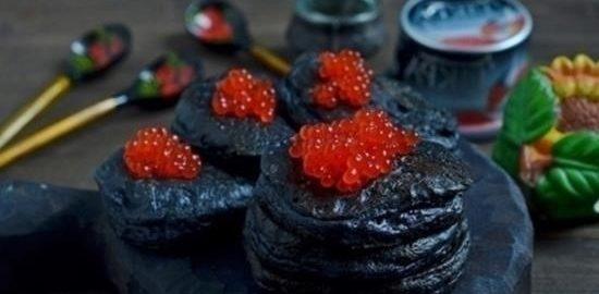 Черные оладьи с красной икрой кулинарный рецепт
