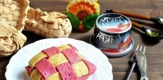 Двухцветные плетеные блинчики с икрой кулинарный рецепт