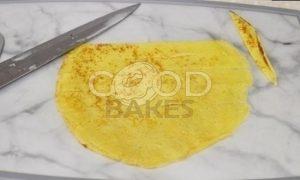 Двухцветные плетеные блинчики с икрой рецепт шаг 6