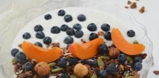 Гранола с йогуртом и фруктами кулинарный рецепт