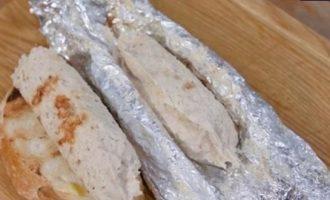 Куриные колбаски с пряным маслом и гренками кулинарный рецепт