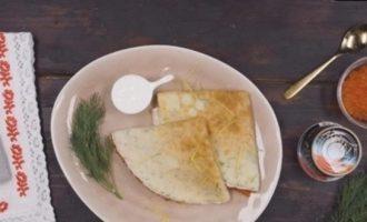 Сырные блины с укропом и красной икрой кулинарный рецепт