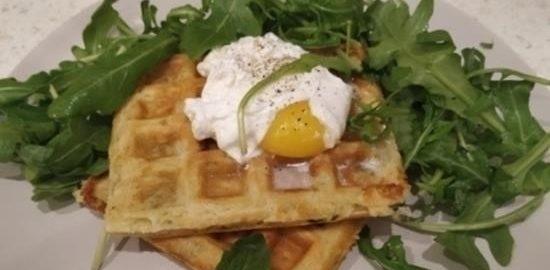 Бельгийские сырные вафли с яйцом пашот кулинарный рецепт