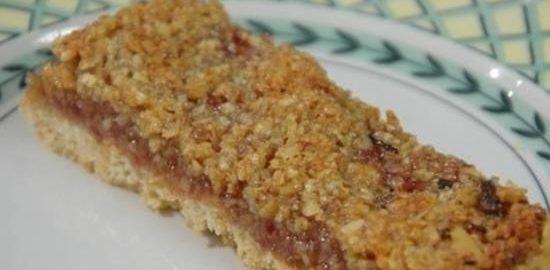 Овсяные батончики с малиновым джемом и орехами кулинарный рецепт