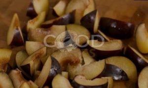 Люсин пирог со сливами и меренгой рецепт шаг 5