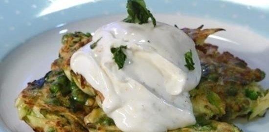 Блинчики из цукини и зеленого горошка с ароматным йогуртом кулинарный рецепт
