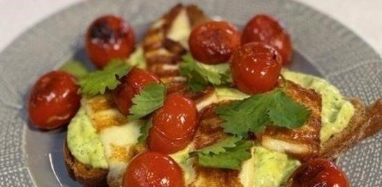 Бутерброд с соусом из авокадо, помидорами и сулугуни кулинарный рецепт