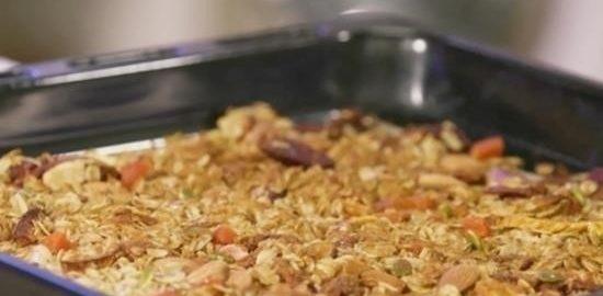 Гранола с орехами, сухофруктами и кленовым сиропом кулинарный рецепт