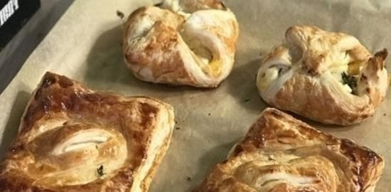 Слойки с инжирным вареньем и козьим сыром кулинарный рецепт