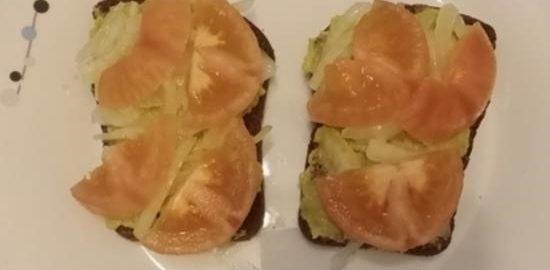 Бутерброд с пастой из авокадо и помидором кулинарный рецепт