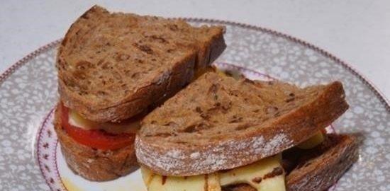 Бутерброд с сыром халуми, харисой и медом кулинарный рецепт
