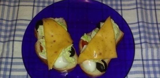 Горячие бутерброды с перепелиными яйцами и овощами кулинарный рецепт