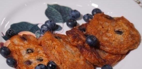 Мини-блинчики с голубикой и бананом кулинарный рецепт