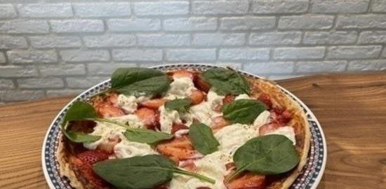 Пицца с клубникой и страчателлой кулинарный рецепт