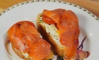 Бутерброды с лососем, помидорами и сливочным сыром кулинарный рецепт