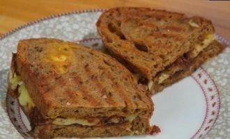 Горячие бутерброды с сыром и карамелизированным луком кулинарный рецепт