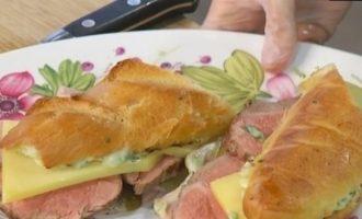 Сэндвичи с чеддером, ростбифом и домашним майонезом кулинарный рецепт