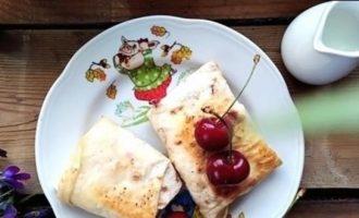 Сладкие конвертики с черешней кулинарный рецепт