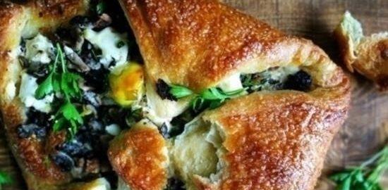 Слойка с мягким сыром и грибами кулинарный рецепт