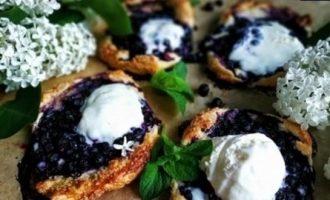 Слойки с черникой и мороженым кулинарный рецепт